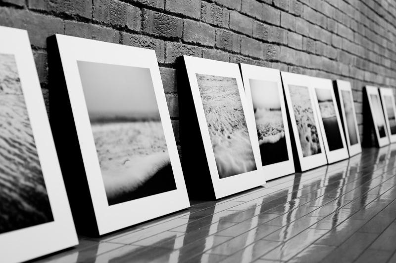 写真:搬入で展示されるのを待つ木製パネル張りの作品群